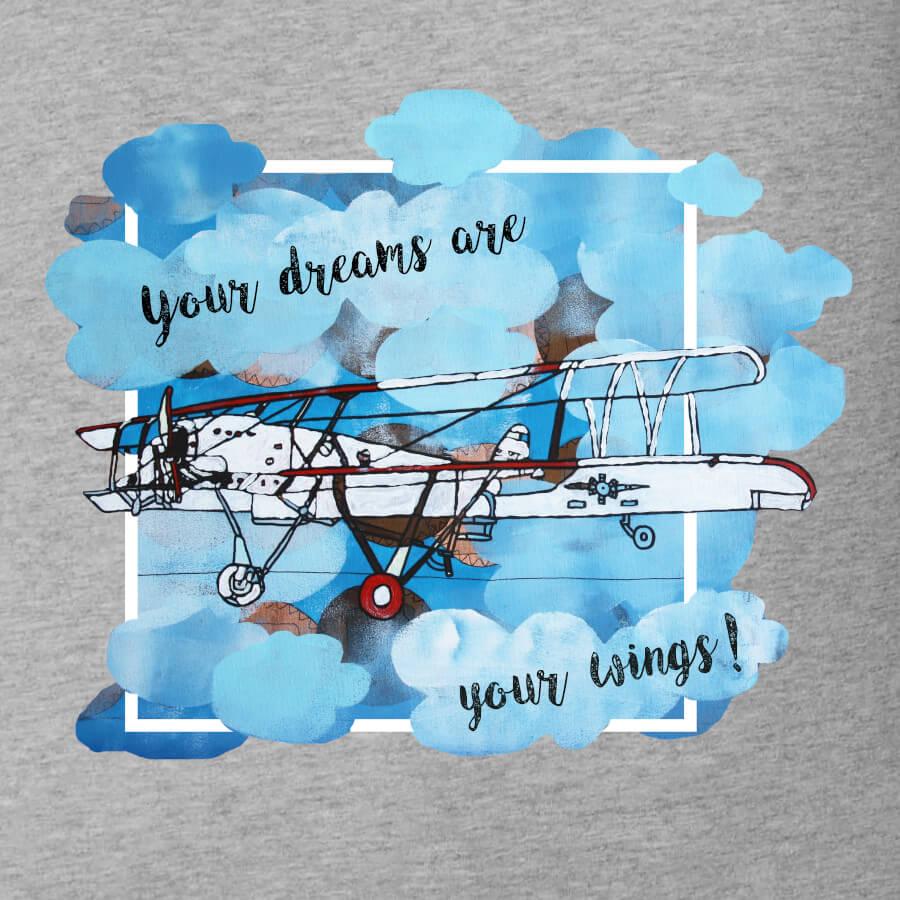 """Ein Doppeldecker, der aus einer blauen Wolke herausfliegt. Das Flugzeug ist Weiß und Rot und sehr detailliert gezeichnet. Es sitzt eine Person darin, die das Flugzeug steuert. Der Spruch dazu heißt """"Your dreams are your wings""""."""