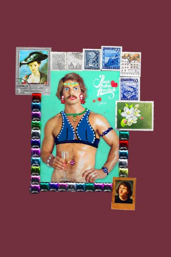 Ein Mann mit blauem Bikinioberteil, Ohrringen und Stirnband. Er hat einen Schnauzbart und braune Haare. Die rechte Hand ist auf der Hüfte abgestützt. In der linken Hand hält er ein Sektglas. Um ihn herum befindet sich ein Bilderrahmen aus vielen verschiedenen Briefmarken, auf denen sich Personen, Pflanzen oder Gebäude befinden. Der Name des Bildes ist Frankie.