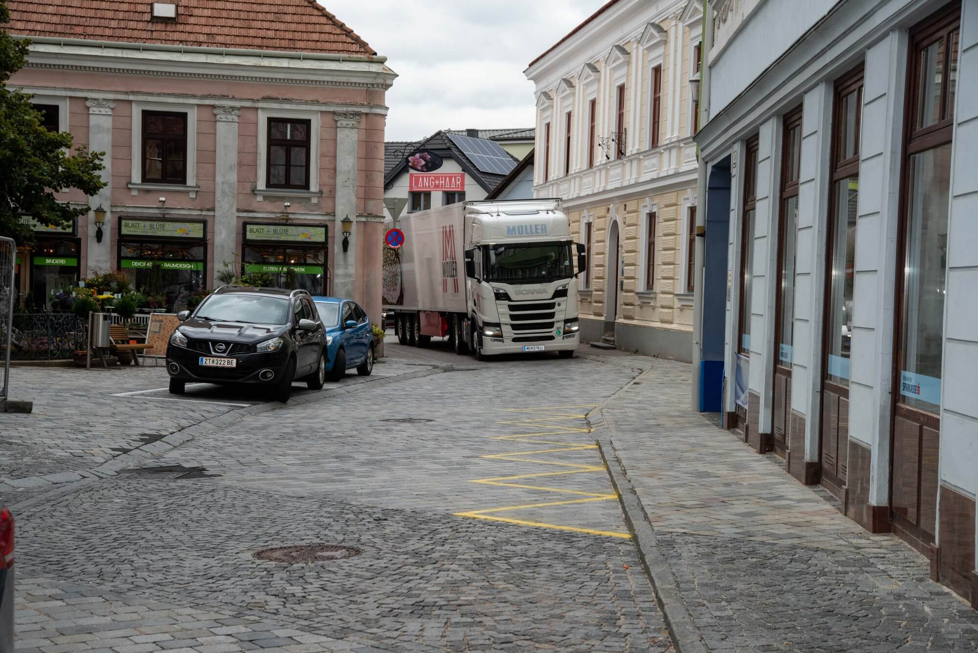 Ein bunt beklebter LKW fährt durch die Gassen von Gföhl