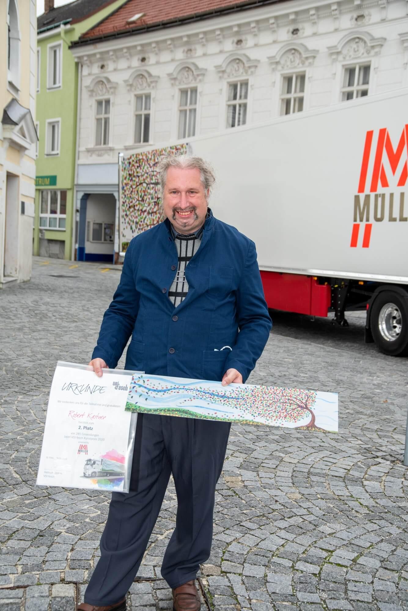 Künstler Herbert Kastner mit einer Reproduktion von Herbststurm und der Urkunde für den 2. Platz