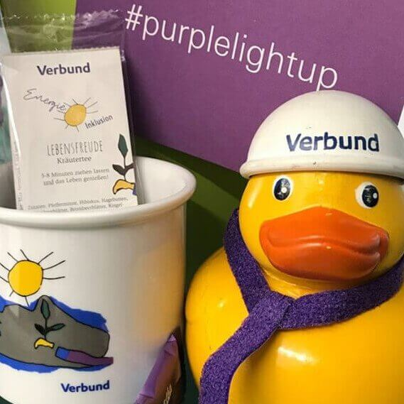 Verbund Emaille Tasse und Tee gestaltet für den Purple Light Up Day