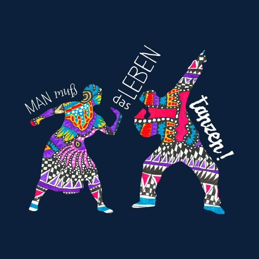 Zwei Personen auf schwarzem Hintergrund, die offen miteinander tanzen. Das Motiv wurde für die Inklusive Dance Company Ich bin O.K. kreiert. Es sind die Umrisse von zwei Personen, die aber mit bunten Farben und geometrischen Formen vollständig ausgefüllt sind. Man muss das Leben tanzen, ist der Spruch dazu.