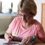 Künstler*in Patricia Hütter beim Zeichnen mit Finelinern