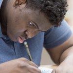 Künstler Ibrahim Hassan Abdi beim Zeichnen