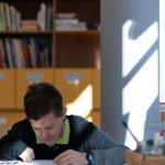 Max Nemeczek beim Zeichnen