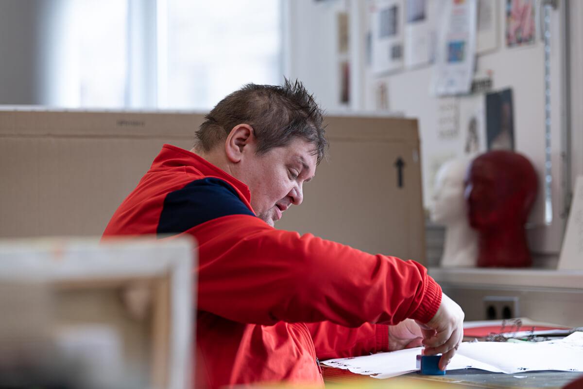 Florin Asei beim Stanzen von Papier