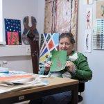 Künstlerin Bettina Onderka zeigt ein Kunstwerk mit einer Giraffe