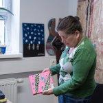 Bettina Onderka zeigt ein kleines Kunstwerk auf Leinwand