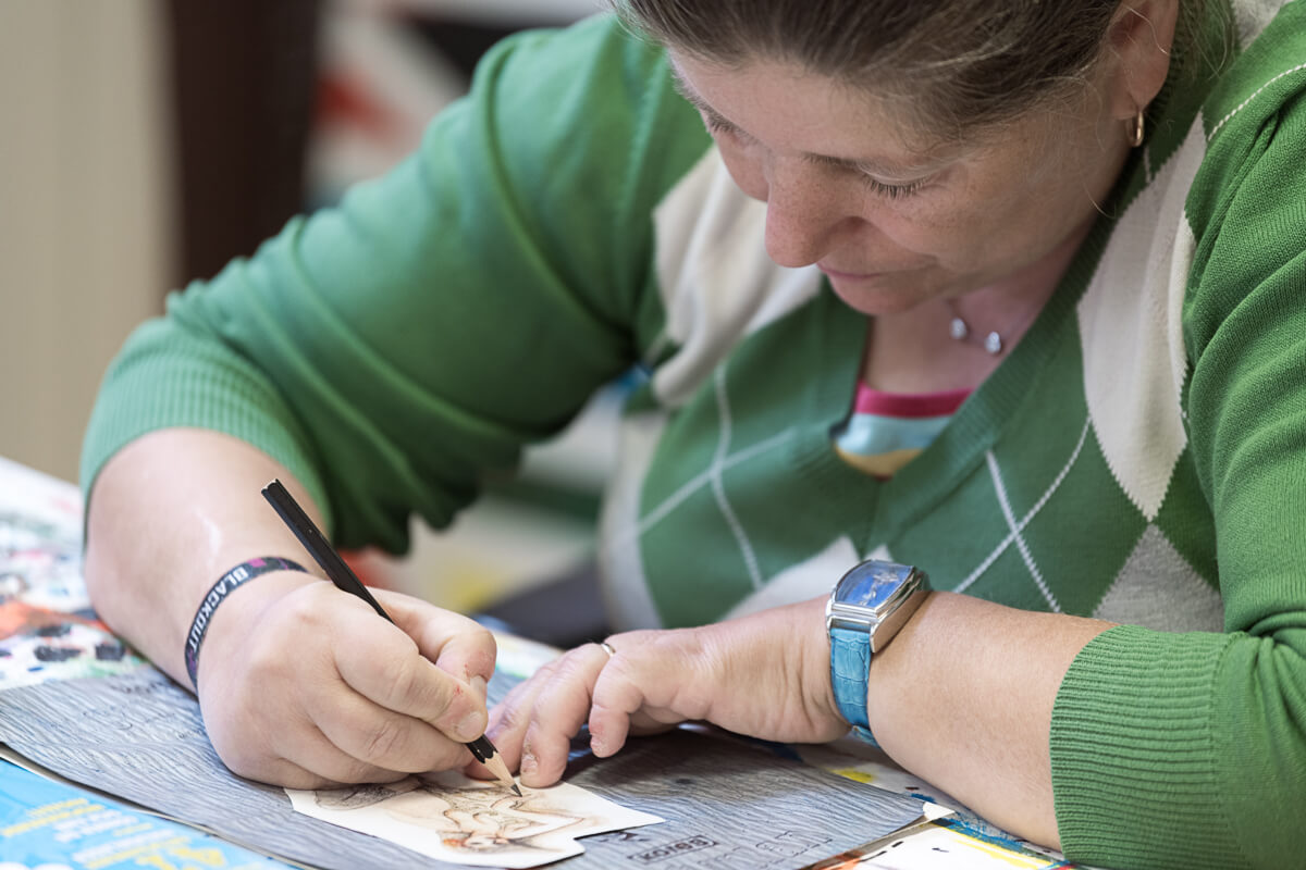 Künstlerin Bettina Onderka beim Zeichnen.
