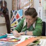Künstlerin Bettina Onderka beim Zeichnen