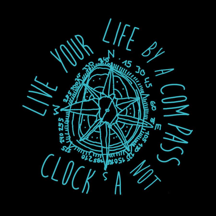 Ein sternenförmiger Kompass mit Kreisen darum herum. Eine Strichzeichnung in Türkis auf grauem Hintergrund. Zahlen und die Buchstaben N, S, O, W und Zahlen umrunden den Kompass und der Spruch Live your life by a compass not a clock.