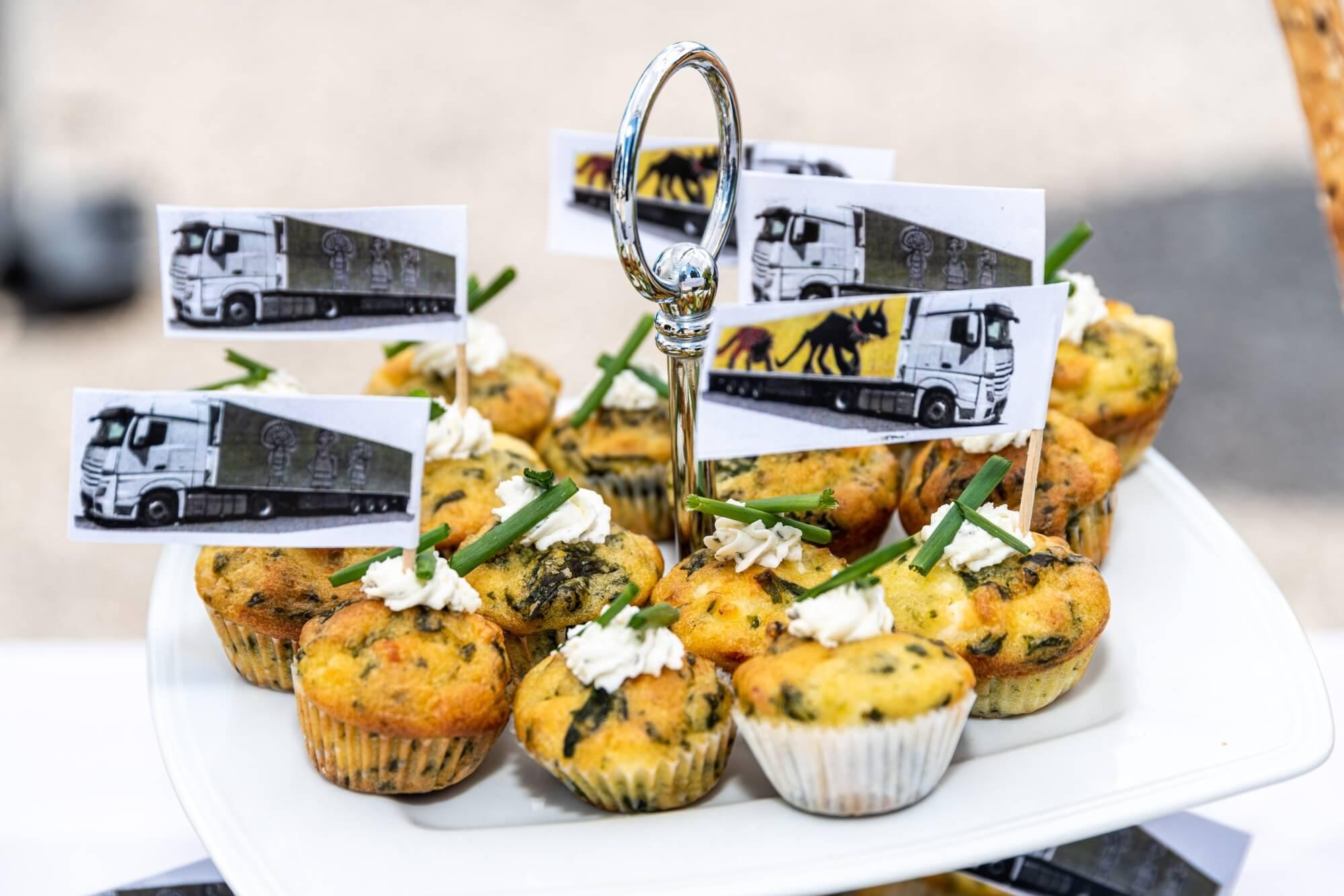 Leckere Muffins mit kleinen, bunten LKW-Fahnen.