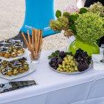 Ein Foto von den Snacks auf einem Tisch: Muffins, Weintrauben und Grissini