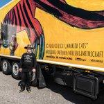 """Künstler Wolfgeorg vor dem LWK mit seinem Motiv """"Warrior Cats"""""""