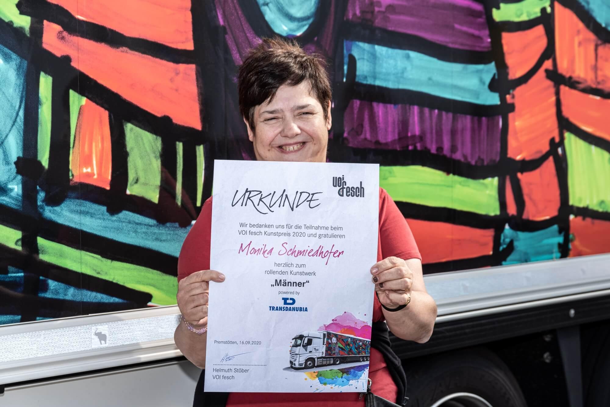 Künstlerin Monika Schmidhofer mit ihrer Kunstpreis 2020 Urkunde