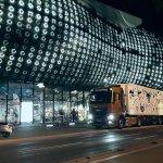 """Der LKW mit dem Motiv """"Wild Thing"""" von Albert Masser vor dem beleuchtetem Kunsthaus Graz bei Nacht"""