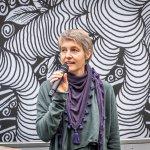 Katia Huemer, Kuratorin Kunsthaus Graz hält eine Rede.