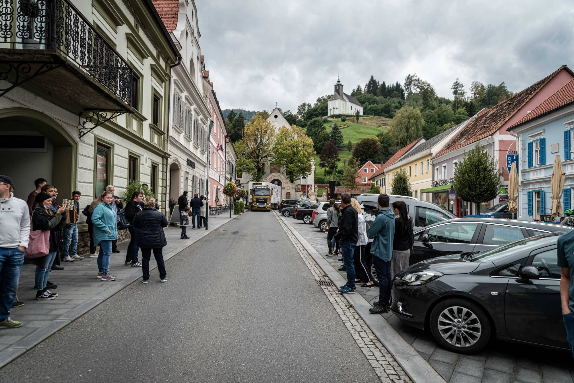 Der Sattelschlepper mit dem Sieger-Motiv fährt auf dem Hauptplatz von Schwanberg ein.