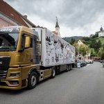 """Der LKW mit dem Motiv """"Wild Thing"""" auf dem Hauptplatz von Bad Schwanberg"""
