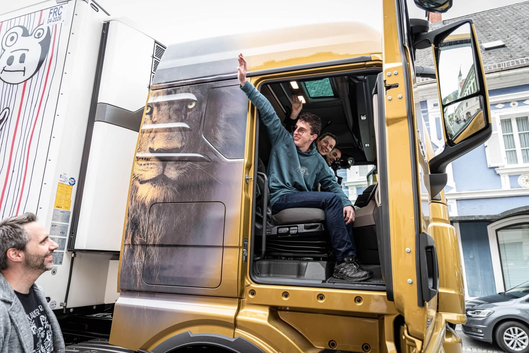 Albert Masser winkt aus dem LKW und freut sich.