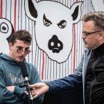 Künstler Albert Masser wird von Mensch und Medien interviewt
