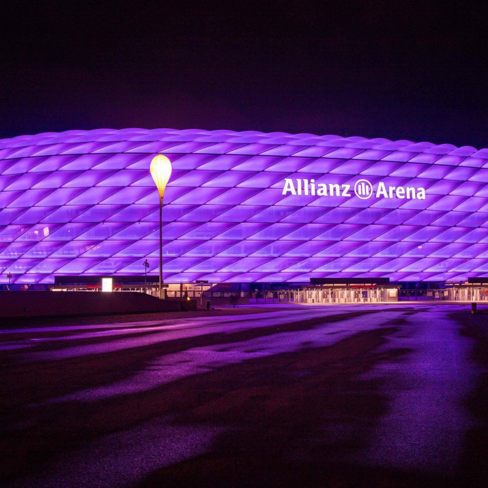 Lila Sonderbeleuchtung zum Internationalen Tag für Menschen mit Behinderungen der Allianz Arena