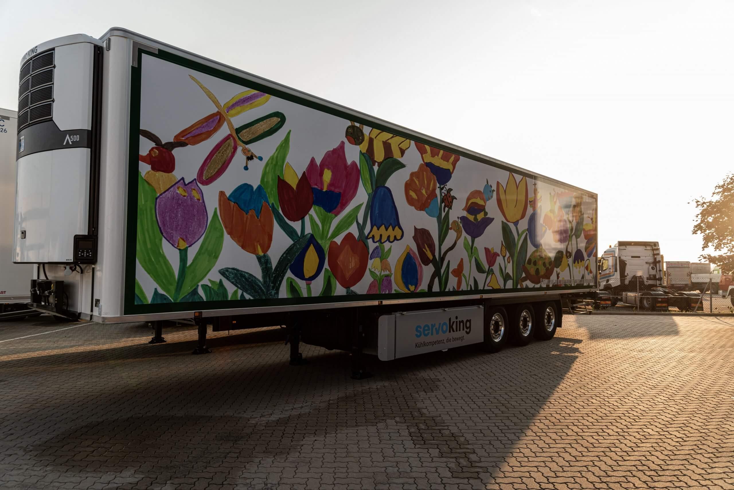 KunstLKW mit dem Motiv Blumenwiese