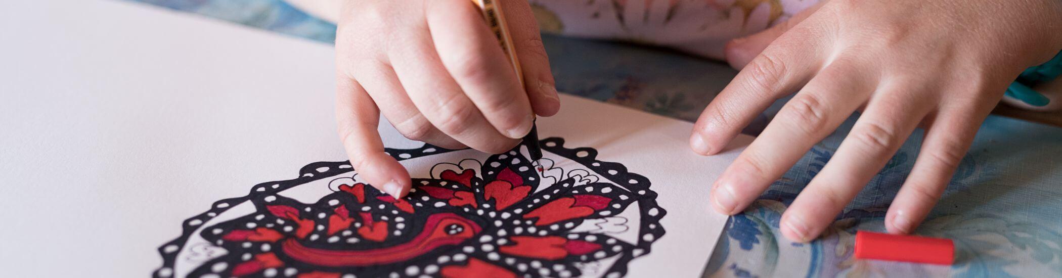 Patricia Hütter zeichnet ein Kunstwerk